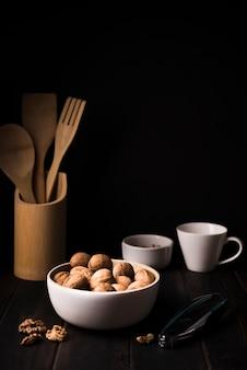Крупный план орехи в миску на столе