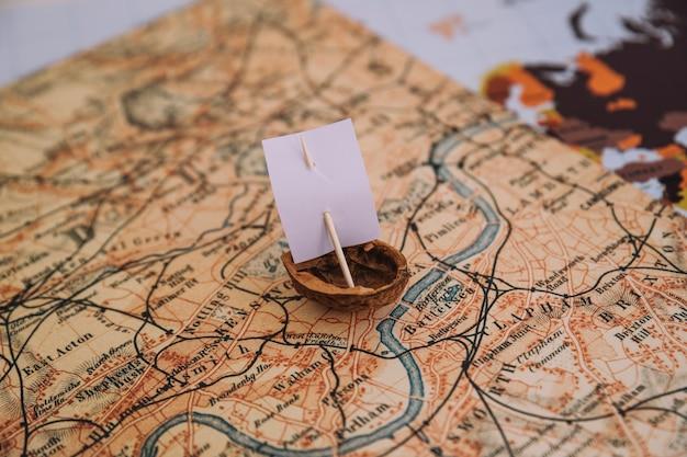Крупный план лодки с ореховой скорлупой на карте