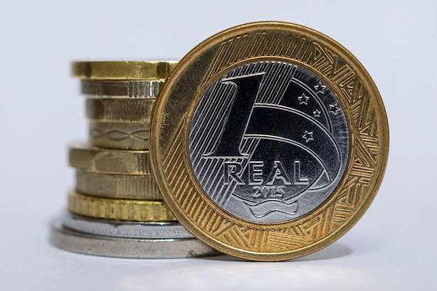 1つの本物のブラジルのコインとさまざまなコインのスタックのクローズアップ