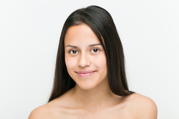 美しく自然なヒスパニック系の若い女性のクローズアップ