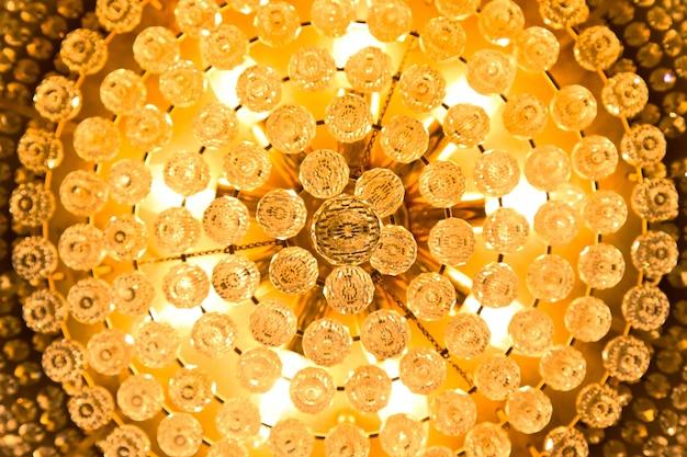 아름 다운 크리스탈 샹들리에의 클로즈업