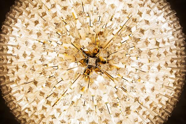 아름 다운 크리스탈 샹들리에의 클로즈업 프리미엄 사진