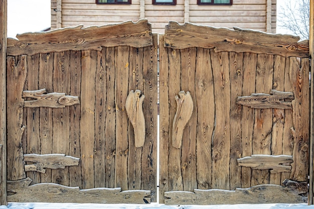 ロシア風の大工が手作業で作った美しい木製の門のクローズアップ