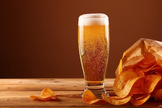 ビールグラスとポテトチップスのクローズアップ