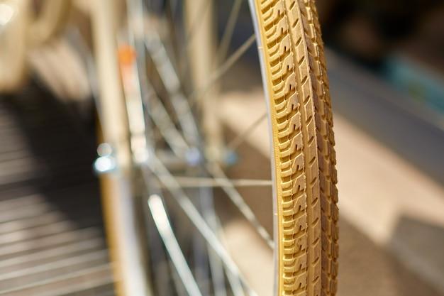 Крупным планом крышка велосипедного колеса. рисунок протектора колеса.