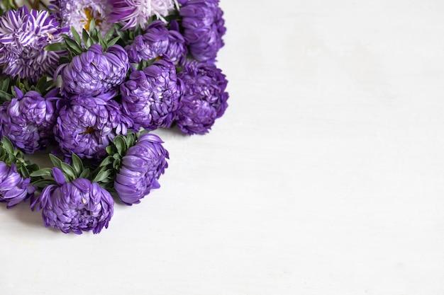 흰색 배경에 신선한 푸른 국화 꽃다발을 클로즈업하고 공간을 복사합니다.