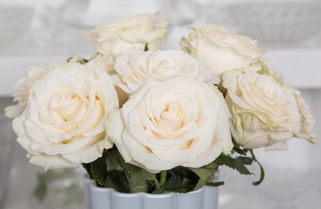 花瓶に白いバラの花束のクローズアップ