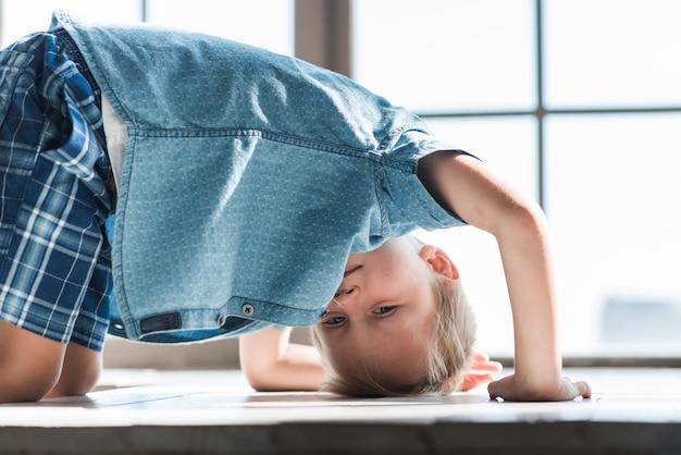 Крупный план мальчик, играющий на подоконнике