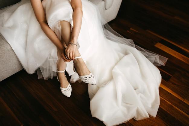 フラットの結婚式の靴を履いて花嫁のクローズアップ