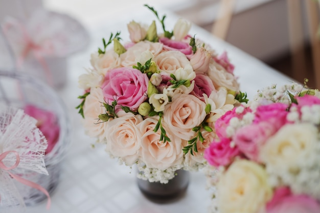 新鮮な色とりどりの花で花嫁のブーケのクローズアップ。