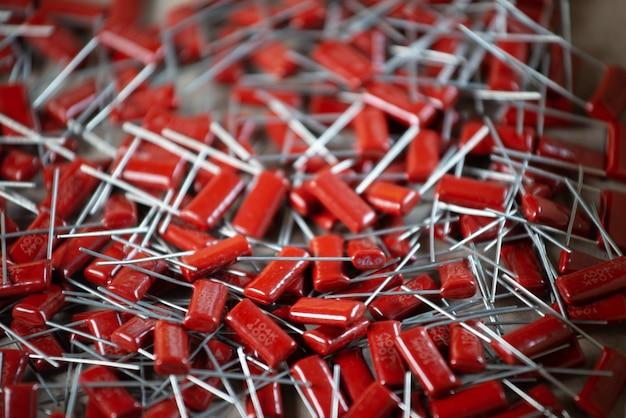赤いコンデンサの束のクローズアップ