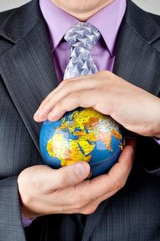 세계 지구본을 들고 사업가의 클로즈업