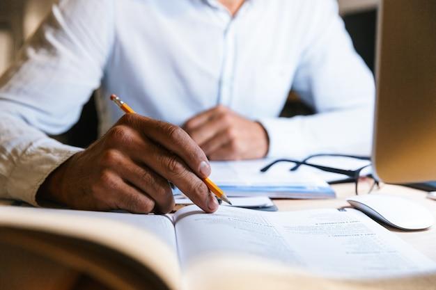 Крупным планом занятый деловой человек работает