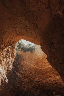 Крупным планом каньон со светом, проходящим через трещину