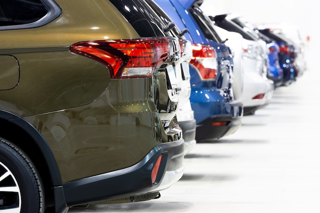 販売のための都市のクロスオーバーの自動車販売店の列のクローズアップ、背面図