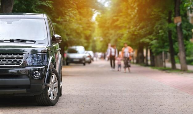 Закройте автомобиль, незаконно припаркованный против правил дорожного движения на пешеходной улице города.