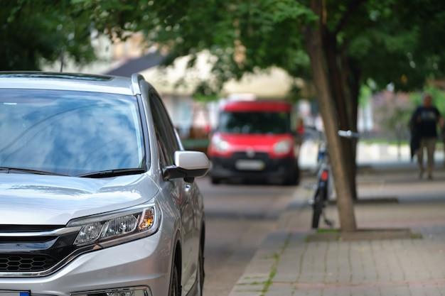 Закройте автомобиль, припаркованный на стороне улицы города.