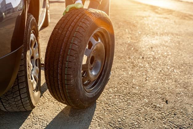 Крупным планом автомобильных шин. водитель должен заменить старое колесо запасным.