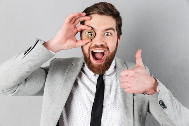 Крупным планом веселый бизнесмен, одетый в костюм