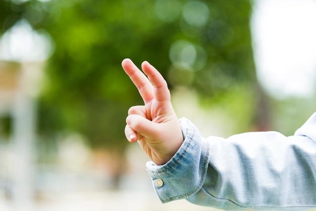 어린이 평화 서명 몸짓의 클로즈업