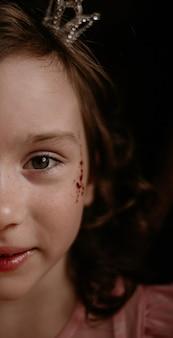 茶色の背景に子供の顔のクローズアップ