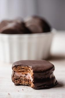 サンドイッチビスケットを充填したチョコレートカバークッキーのクローズアップ