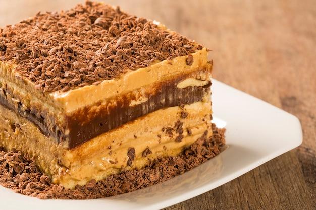 白いプレート上のチョコレートクリームケーキのクローズアップ