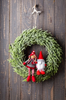 Закройте рождественский венок с декором.