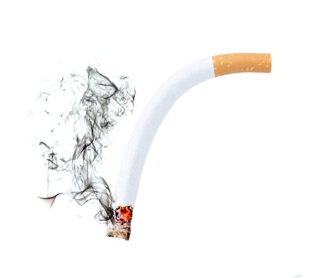 흰색 배경에 연기가 나는 담배 구부리기, 발기 부전 개념