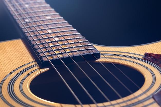 Bokeh와 흐린 배경에 클래식 어쿠스틱 기타의 클로즈업.
