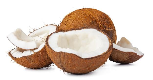 Крупным планом кокосовый орех, расколотый на куски