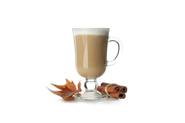 Крупный план кофе латте на ярком фоне