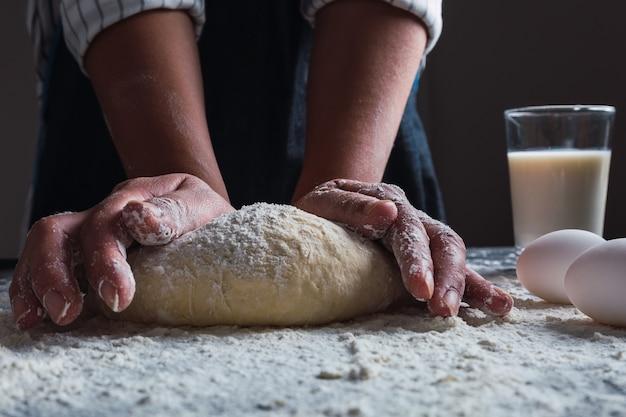반죽을 반죽하는 요리사의 손 클로즈업