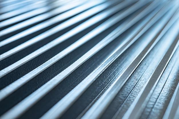 미확인 된 공장 장비의 골판지 금속 표면의 확대 그림. 정교한 장비와 현대 기술의 개념. 군사 장치 생산의 개념
