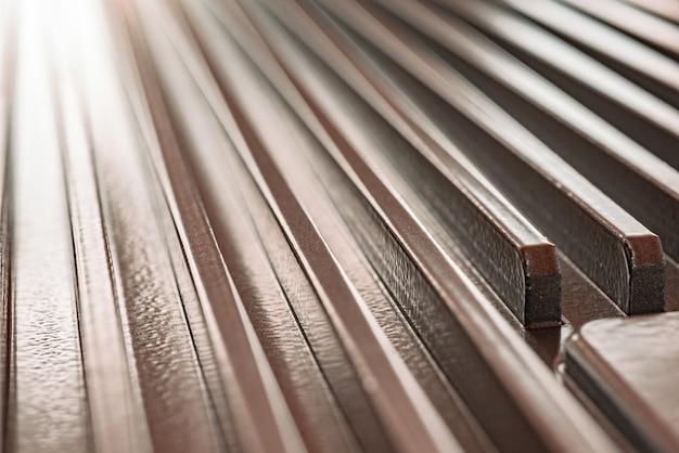 Крупный план гофрированной металлической поверхности неопознанного заводского оборудования. концепция сложного оборудования и современных технологий. концепция производства военной техники