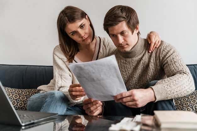 ドキュメントを読んでいるカップルのクローズアップ