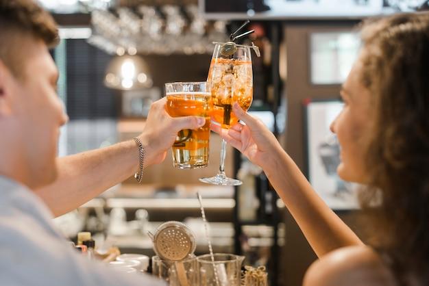 Крупный план пара тостов напитков