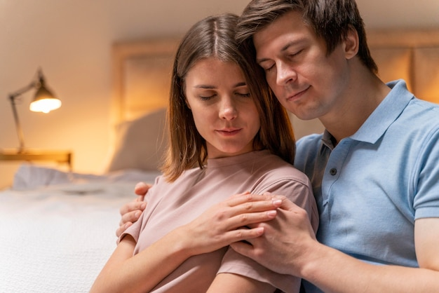 Крупным планом пара вместе дома