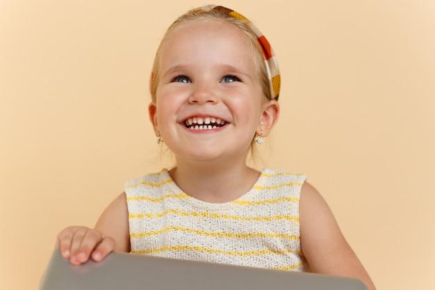 笑顔で見上げるかわいい女の子のクローズアップ