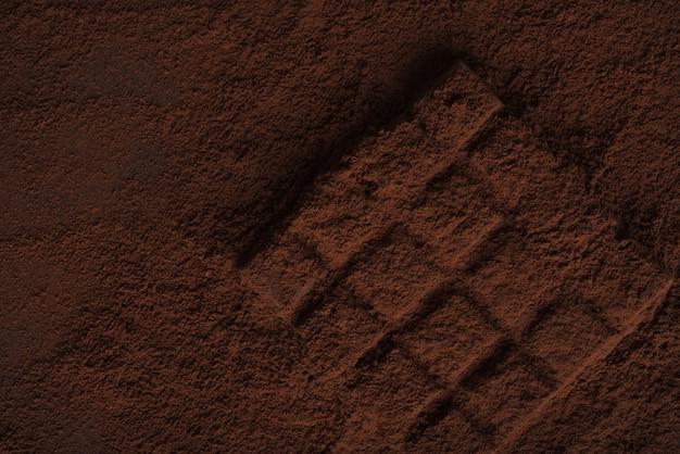 チョコレートパウダーで覆われたダークチョコレートバーのクローズアップ