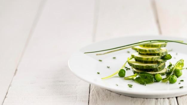 흰색 접시에 맛있는 샐러드의 클로즈업
