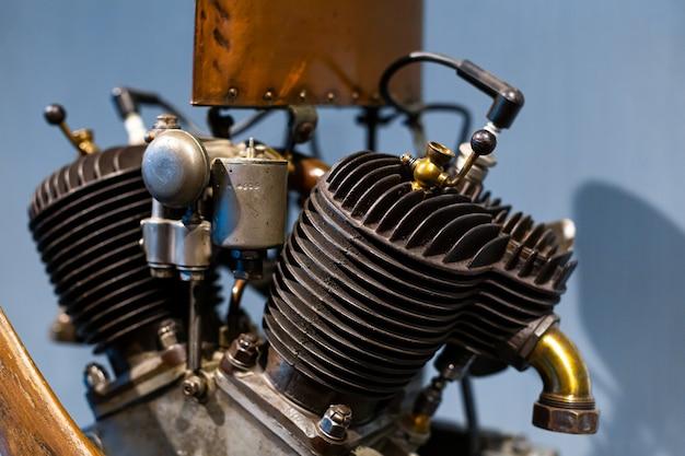희귀 자동차 엔진의 세부 클로즈업. 금속 메커니즘. 자동차 산업