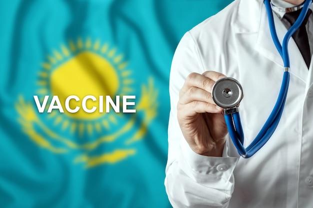 Крупный план врача и слово вакцина