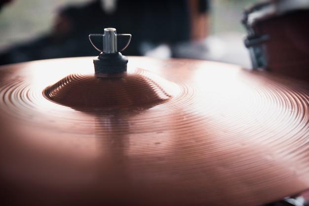 Закройте тарелку барабанной установки. селективный мягкий фокус.
