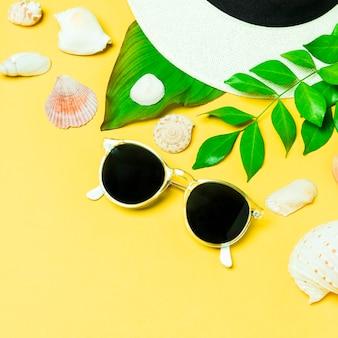 眼鏡と夏の帽子のクローズアップ