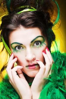 Крупным планом лицо девушки с творческим лицом