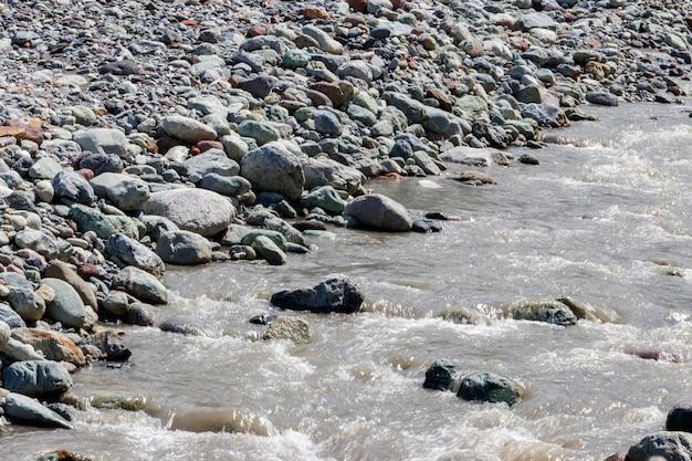 Крупный план быстрой небольшой горной реки Premium Фотографии