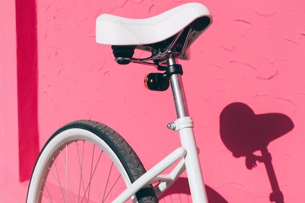 女性の都市の自転車の座席のクローズアップ