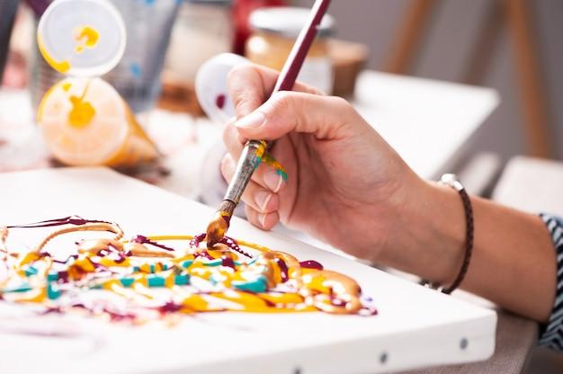 여성 손 그림의 클로즈업