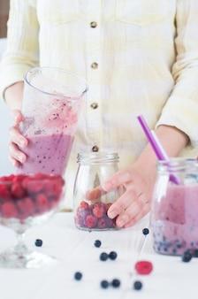 과일과 열매와 스무디를 만드는 여성 손 클로즈업